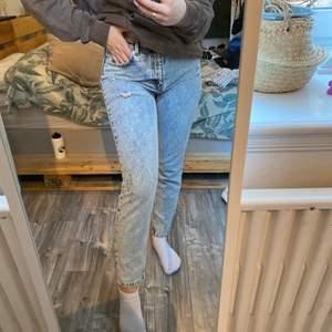 Mom jeans från nakd aldrig använda! Nypris: 5-600kr storlek 38 men passar även en 36