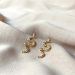 Superfina guldiga ormörhängen😍 perfekt storlek, inte för stora och inte för små