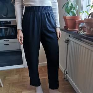 Snygga enkla byxor från Monki som tyvärr aldrig har kommit till användning. Går att styla på många olika sätt! Kan mötas i Gbg eller frakta (50kr)