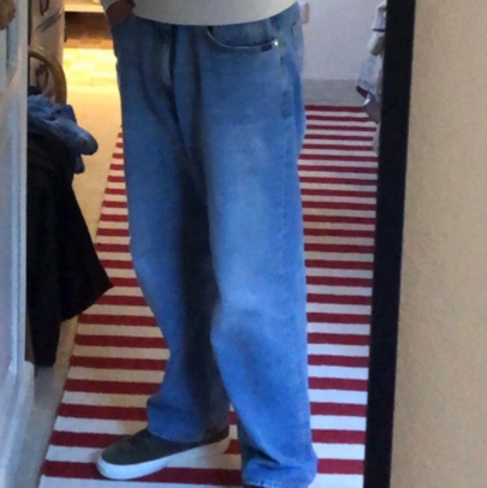 Säljer galet snygga baggy jeans från TigerOfSweden. Köpta på Volt för nypris 1400kr. Storlek 32/32. Budgivning från 150kr, 50kr mellan varje bud eller direktköp 650kr.😇 Budgivningen har avslutats! . Jeans & Byxor.