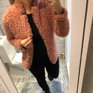 Mysig Jacka/kofta från Gina i rosa färg, aldrig använd.