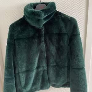 Grön fake pälsjacka från Lindex💚 stl XS
