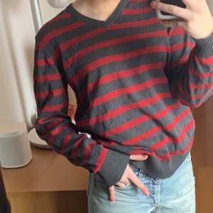 Säljer den här balla tröjan för 130 kr + frakt😋kan också mötas i zinken, köpt på secondhand för 150 kr, den är i superbra skick och passar bra på mig som är 172💕