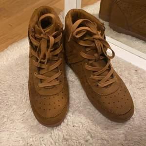En fin högklackat skor från ICHI. Helt oanvänd. Säljer pga inte kommer till användning. Storlek 39 och köparen står för frakten.