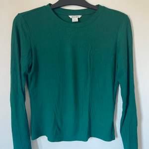 Grön tröja från monki i storlek M, köpare står för frakten