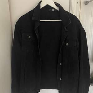 Super snygg svart jeans jacka i storlek 38 perfekt om man gillar lite oversized. Använd ett fåtal gånger under sommaren passar till allt från jeans till klänninga.   Köptes  för ca 300 kr men säljer för ca 150 kr . Pris går även att diskutera.
