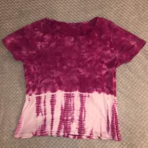 Strechig t-shirt, skulle uppskatta att det är strl M, finns två små små håll i tröjan men de borde vara lätta att fixa✨✨