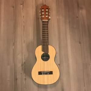 En Yamaha gitarr barn som förutomde två strängarna är så gott som ny. Det är alltså 2 strängar som är sönder. Ett rosa spektrum medföljer. Kan frakta och då står köparen för frakt men möter också upp i Malmö :)
