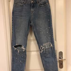 Jeans från zara med pärldetaljer och slitningar, fint skick i storlek 36. Jag är 167cm lång på bilden