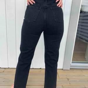 Svarta raka jeans från prettylittlething💓Oanvända🥰Köparen står för frakten💓