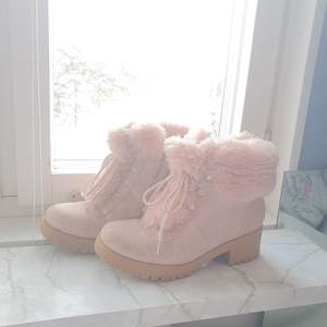 Rosa fluffiga skor♡ lite slitna men inga hål eller sönder någonstans♡ köparen står för eventuell frakt♡