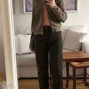 Weekday jeans köpt 2nd hand. Jag har färgat de mörkgröna, och sytt in de så det blir mindre breda i benen, samt gjort de längre. Går att sprätta upp ifall man vill ha de bredare i benen. Gjorda av ekologisk bomull. Använda två gånger av mig🤍