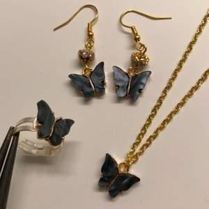 🦋Butterfly kit🦋 (svart/blå/vit/mörkgrön/rosa/gul) matchande örhängen, halsband och ring med emaljerade fjärilar! Finns i olika färger och går att kombinera med varann♡ Den blåa är blåare och den vita är inte rosa! Svårt att få en realistisk bild av hur de ser ut men alla skimrar som de svarta ni ser på bild 1🥰MED KITTET SPARAR DU 21 kr! OBS: Det går att kombinera färger, de ända jag har ett fullt kit av i samma färg är rosa, nästan fullt kit av blå och går även att köpa i mörkgrön, gul, vit och svart. Kontakta mig för bilder
