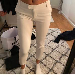 kostymbyxor från bikbok men säljer för att det är för små för mig tyvär, hon på bilden är 165 o dom e lite korta så någon som e lite kortare skulle dom passa  💞 100kr +frakt (vet inte frakten än) om många är intresserade så buda
