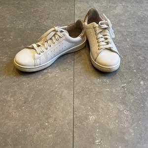 Ett par jätte fina guld vita skor som är i storlek 37 har bara an vänt ett bar gånger så ganska bra skick.          Frakt 80