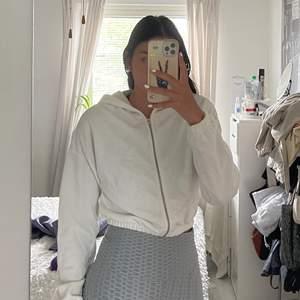 En cropped hoodie med dragkedja från Nelly. Aldrig använt