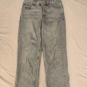 Ett par blekta baggy jeans från Asos, köt för ungefär ett halvår sedan. Liten fläk vid vänstra bakbenet men som går bort i tvätten. Storlek W32 L30.