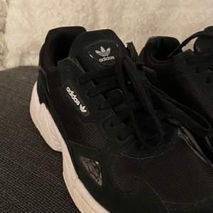Säljer dessa svarta adidas skor med dataljer. Säljes pågrund av att dem inte kommer till användning och dem är använda ett fåtal gånger så dem är i nytt skick🤍Köpte för 999kr på junkiard och säljer för 350kr🤍 köparen står för frakten.