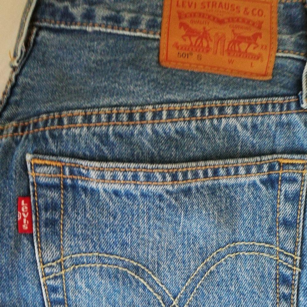 Ett par levis jeans som är använda ett fåtal gånger i strl 26/32. Säljer pga för små. Jeansen är i en superfin straight modell. Buda i kommentarerna, säljer vid bra bud (buda från 100 kr, höj alltid med minst 25 kr) eller köp direkt för 500 kr. Frakt tillkommer 66 kr . Jeans & Byxor.