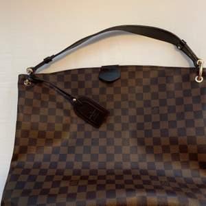 Stor LV väska. Frakt tillkommer på 66 kr som köparen står för