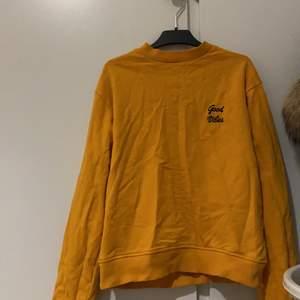 Väldigt fin och enkel orange tröja 💕