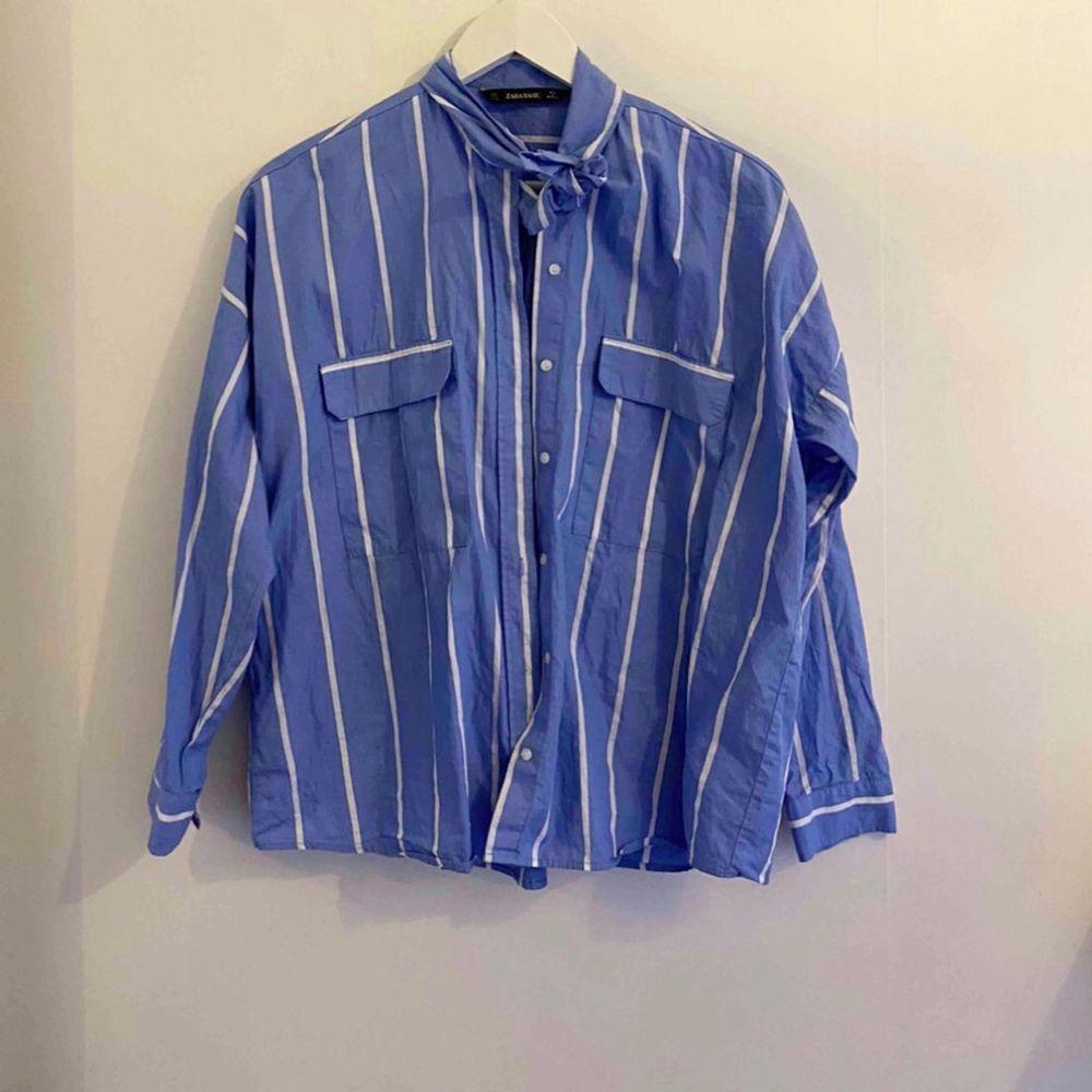 Randig skjorta från Zara, knappt använd. I väldigt bra skick.. Skjortor.