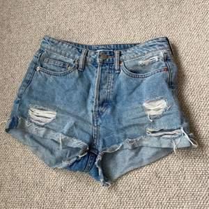 Jeans shorts med slitningar