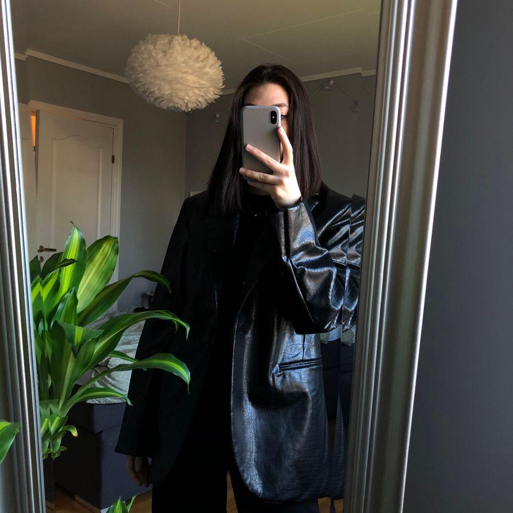 Min snake skin läderimitations blazer från weekday är för stor på mig och jag funderar på att köpa en storlek mindre. Är någon intresserad av att köpa, alternativt byta deras i storlek 36? 🖤 den är aldrig använd!. Jackor.