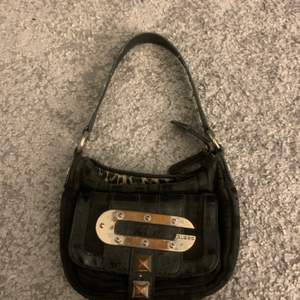 En supersöt handväska ifrån guess, använd rätt så mycket men fortfarande sjukt snygg och vintage. Köparen betalar för frakt!