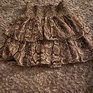 Fin orm kjol köpt på Kappahl storleken är som en xs/s i vanliga storlekar 170 som barn storlek helt ny använd 1 gång i nytt  skick 💙