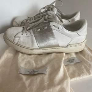 Intressekoll på mina valentino skor i storlek 40, använda en del därav priset. Dustbag följer med som syns på bilden. Säljer endast vid bra bud❣️