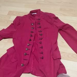 Hej! Säljer denna fina kappa eller vad man vill kalla den för storlek L köpte in en för 250 så vill gärna ha minst 150 för den intresserad kan du skriva i kommenterarna ( tyvärr fraktar jag inte )