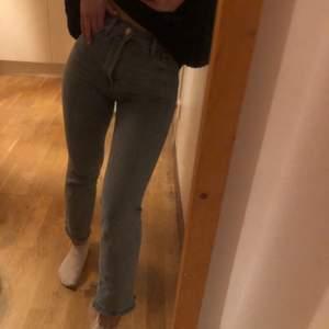 Ett par super fina zara jeans som är blåa och formar kroppen helt sjukt men säljer då jag har likadana. Dom är knappt använda och i super bra skick och är i ganska stretchiga material så därför sitter dom super bra på i storlek 32 och säljer för 100+ frakt pris kan diskuteras 💕💕