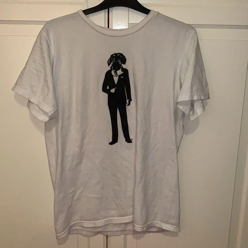 Vit t-shirt med tryck. Storlek S-M!. T-shirts.