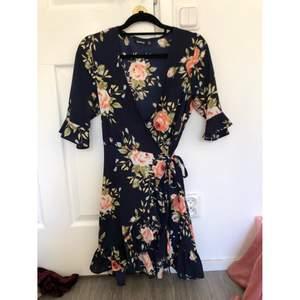 En blommig klänning från boohoo som är i omlott. Klänningen är i storlek 40 men passar mig som har en mindre storlek S i kläder då den är liten i storleken.