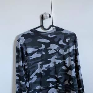 Säljer ett mjukisset i grå kamouflage från madlady. Byxorna är lite små och jag är 163 cm. Jätteskönt och luftigt material. Säljer dem då de inte är min stil. Använd fåtal gånger. Ordinarie pris 379 säljer för 150 kr