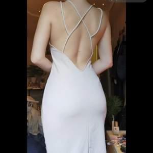 Super snygg och simpel klänning, passar till alla fester! Köparen står för frakt