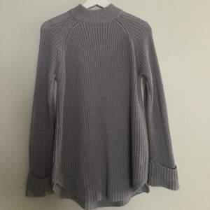 säljer nu en av mina favoriter🦋 tröjan går precis över rumpan, lite lite nopprig men inte mycket alls! var väldigt populär på gina tricot men gick sedan ut ur sortimentet