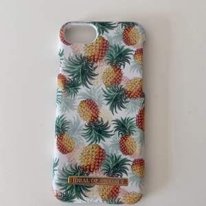Säljer mitt jättefina ideal of Sweden skal med ananaser på. Skalet passar till iPhone 6, 6s , 7 och 8. Som man ser på bilderna har skalet ingen slags skada, utan är använt sparsamt. Jag köpte skalet för 250kr, säljer nu för 80kr💕