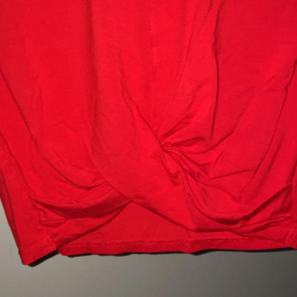 Röd croppad t-shirt med en omlott vid magen. Superfin tröja till sommaren. T-shirts.