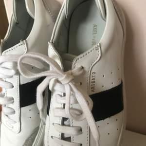 Snygga Axel Arigato sneakers i bra skick :)  300kr + frakt eller högstbjudande🖤