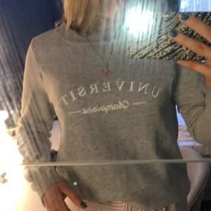 En grå Sweatshirt från Gina i strl S! NÄSTAN OANFVÄND. Säljer den då den börjar bli liten på mig! KÖPAREN STÅR FÖR FRAKT