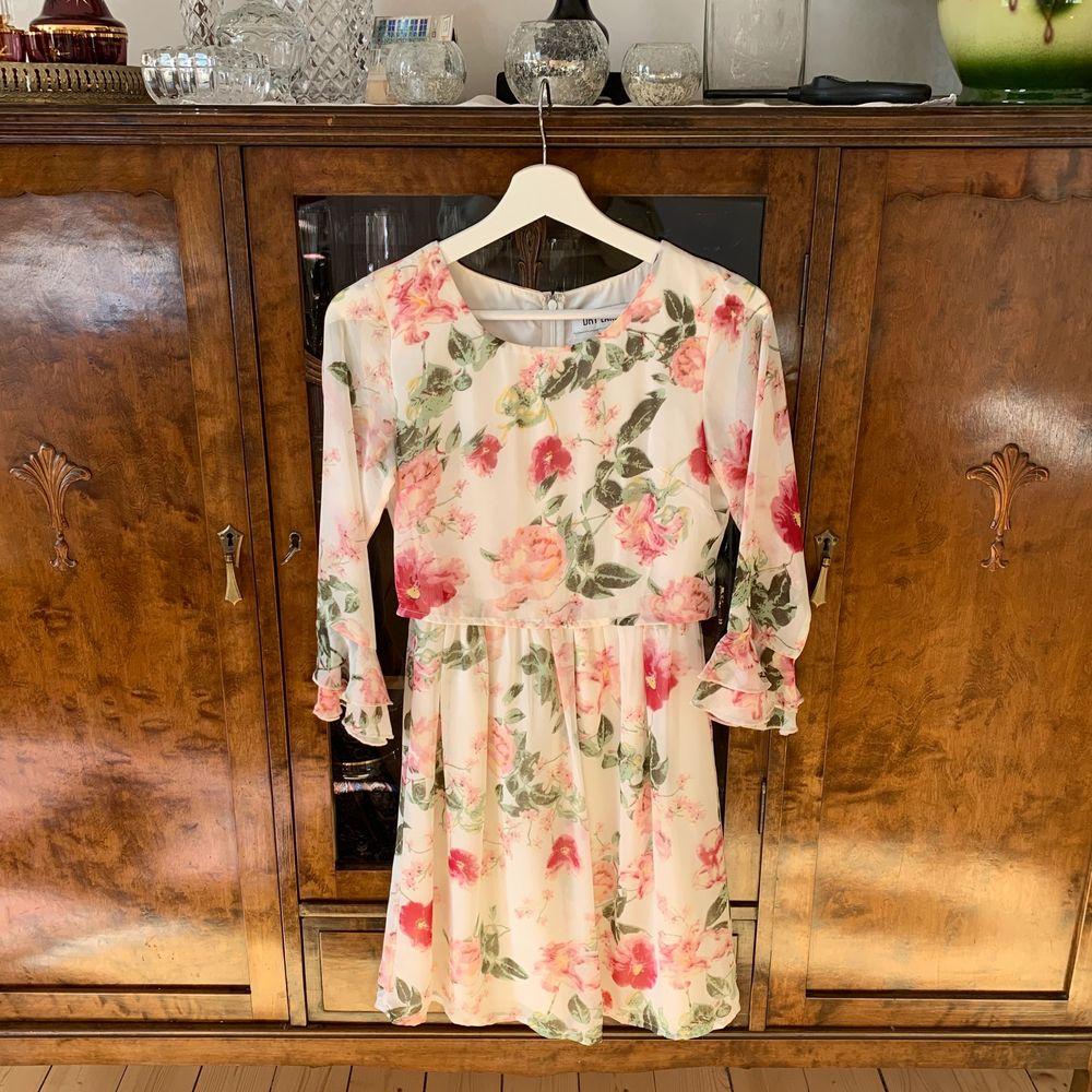 Superfin slutsåld klänning från Dry Lake i storlek XS. Ordinarie pris 799kr, mitt pris 300kr + frakt 🥰. Klänningar.