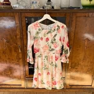 Superfin slutsåld klänning från Dry Lake i storlek XS. Ordinarie pris 799kr, mitt pris 300kr + frakt 🥰