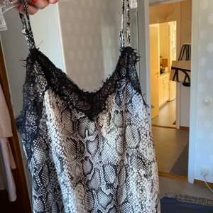 Mönstrat linne med spets som inte används! Inga defekter!!