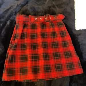 En kjol från H&M, använd 1 gång till en utklädnad. Köpt för ca 149kr och säljer för 50kr. Strl. 34 och sitter perfekt på mig som är 164cm💕