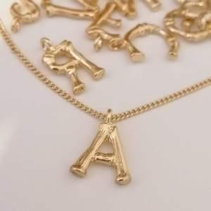 ✅Halsband ( 1 bokstav ) : 55KR + FRAKT  ✅Extra Bokstav till halsbandet: 3kr ✅Bokstav berlock: 3kr/st + FRAKT  ------ Material - Legering  Färg - guld Metal Färg - guld  ------