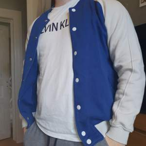 Blåvit basebolljacka från Estate Clothing köpt på secondhand i storlek M! Inga fläckar eller tecken på slitage. Funkar att ha som L om man vill ha en tightare fit runt armarma!