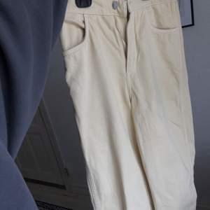 Jeans från WEEKDAY i ljusgul färg💛 Använda men i bra skick, inga slitningar. Satt väldigt bra men se har blivit för små för mig, och det är också anledningen till att jag säljer de💛 Frakten är 60kr💛