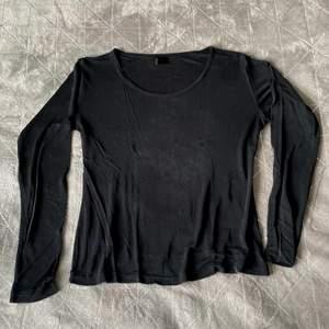 Tunnare svart långärmad tröja. Perfekt att ha under något annat eller när man vill ha en svalare tröja. Storlek L men är mer som en M om man inte vill ha den supertight.